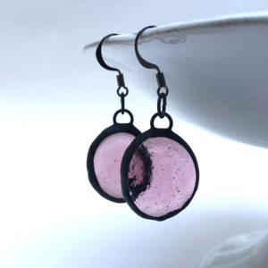 Boucles d'oreilles billes plates vieux-rose, patine noire